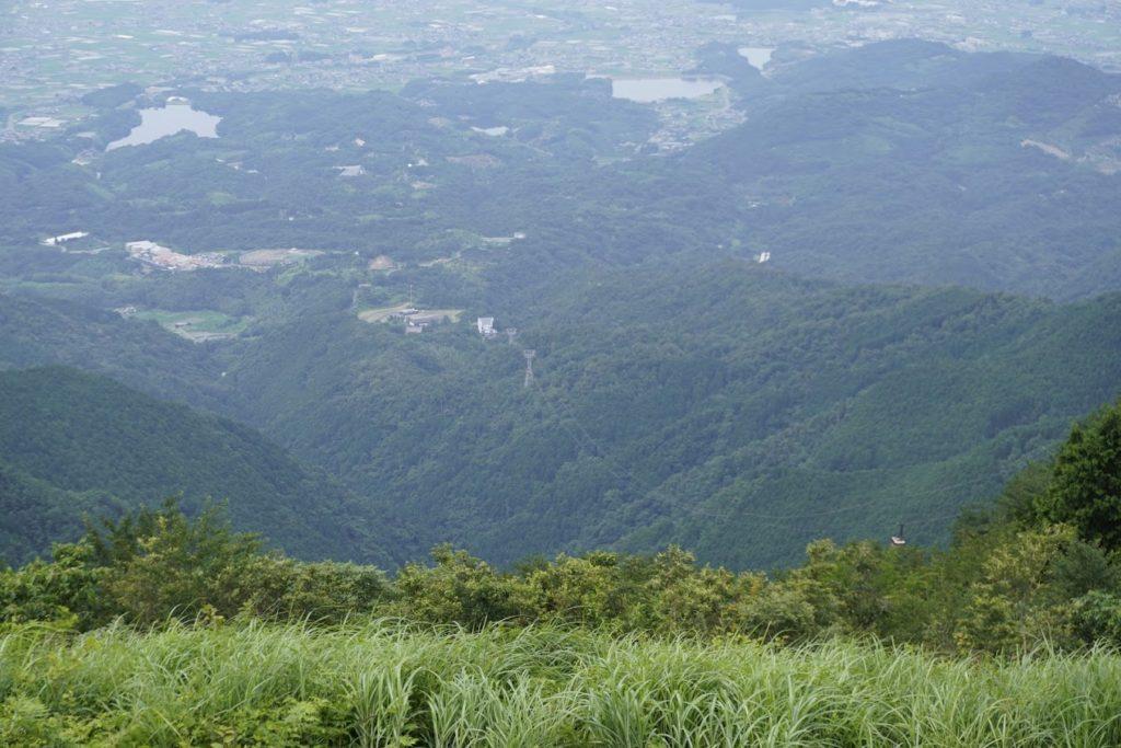 雲辺寺山頂公園からロープウェイ山麓駅を見下ろす