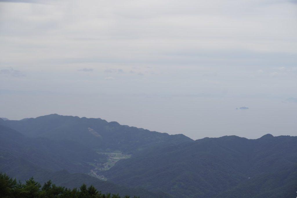 雲辺寺山頂公園 西の海の向こうは雲か島か