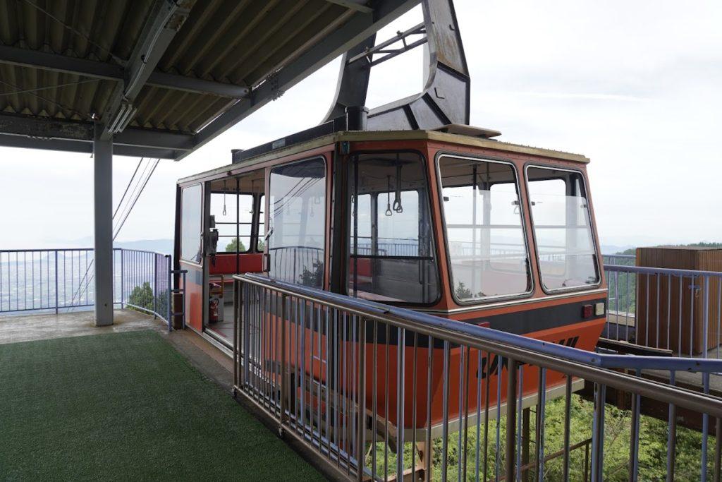 雲辺寺ロープウェイ山頂駅の赤いゴンドラ