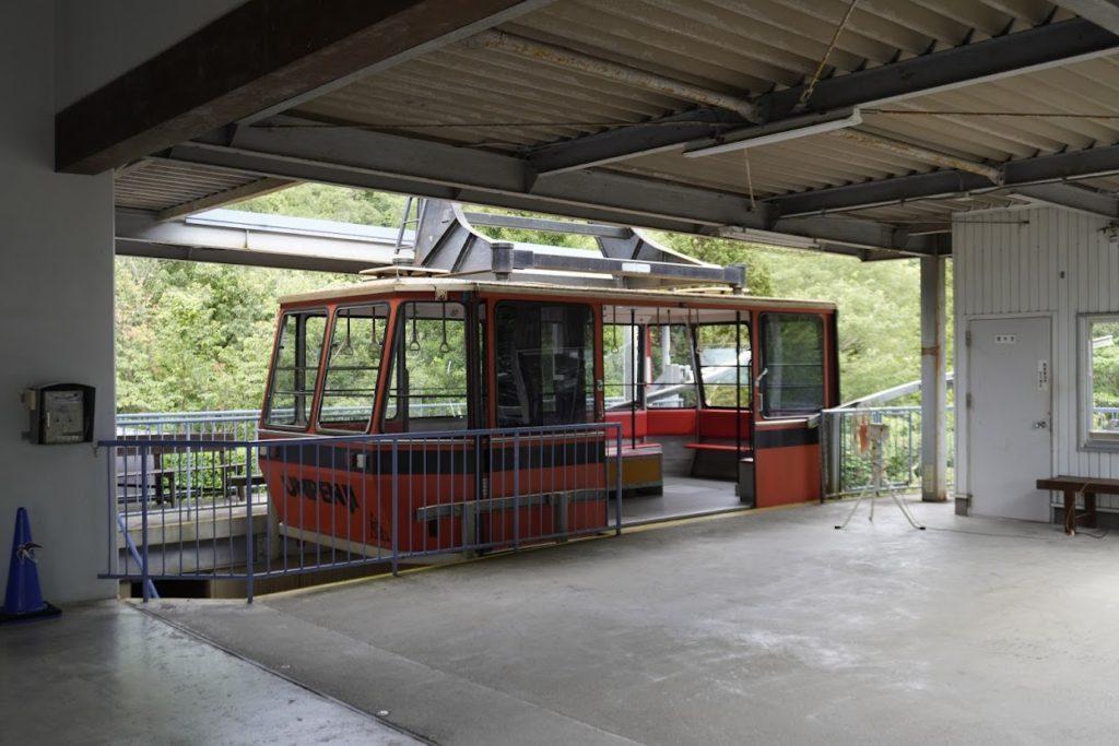雲辺寺ロープウェイ山麓駅の赤いゴンドラ