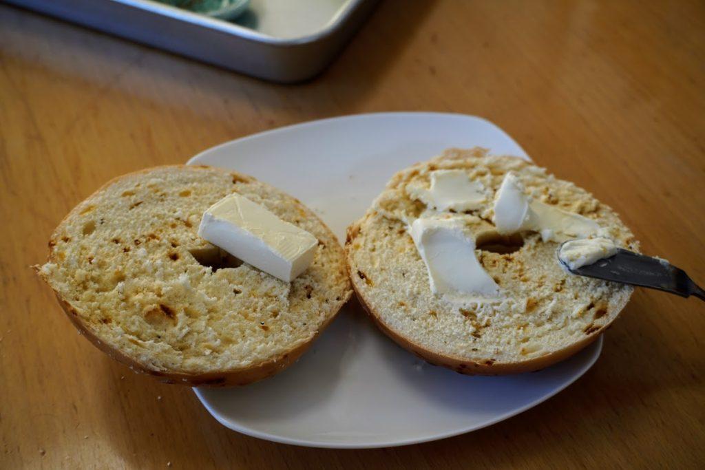 マコーズベーグルにクリームチーズを塗る