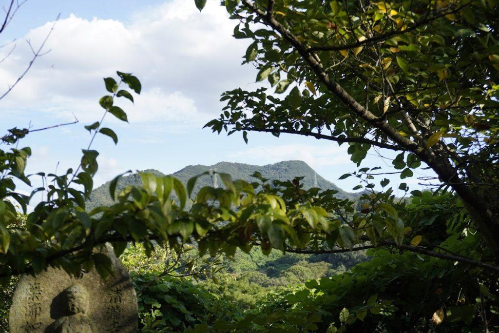 海岸寺奥之院 御盥山(まんだら園)から見る天霧山天霧城跡