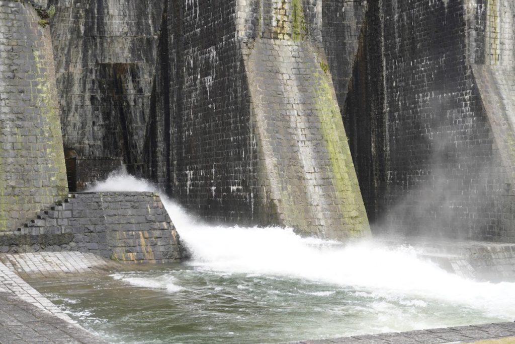 豊稔池ゆる抜き時の中樋からの放水