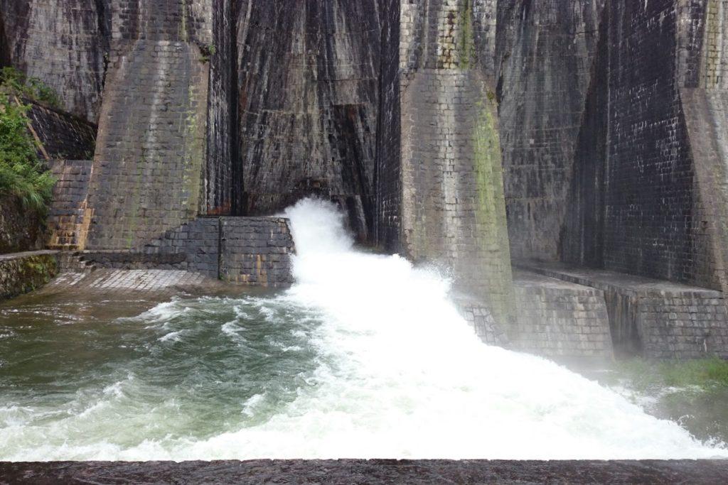 豊稔池ダムゆるぬき時中樋からの放水
