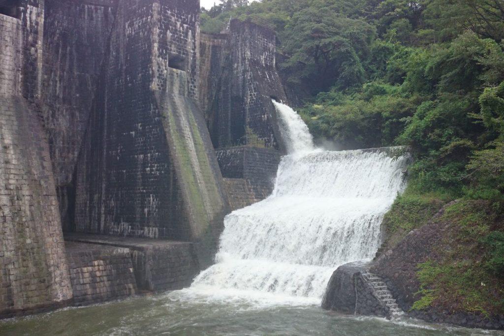 豊稔池ゆる抜き上樋からの放水