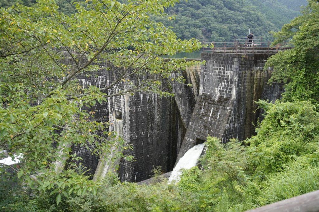 豊稔池ゆる抜き時上樋からの放水