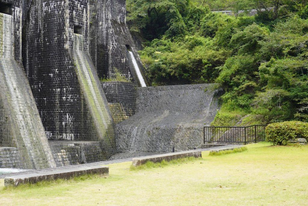 豊稔池上樋からの放水が緩やかに