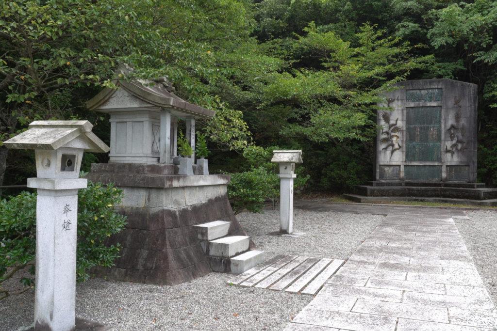 豊稔池碑と水神社