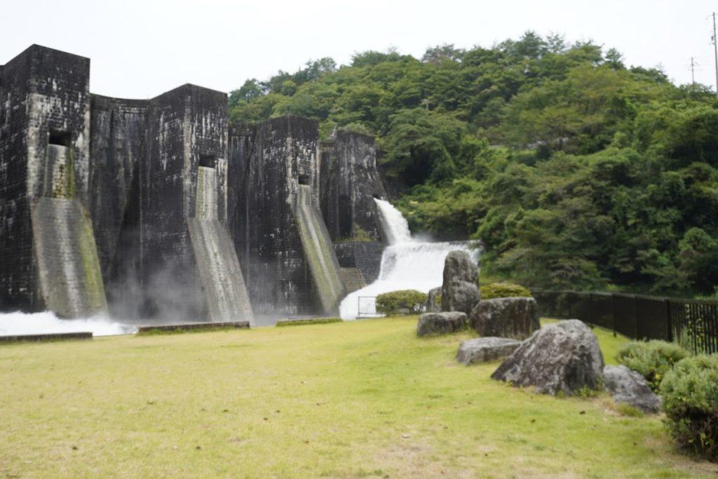 豊稔池ゆる抜き時の上樋からの放水